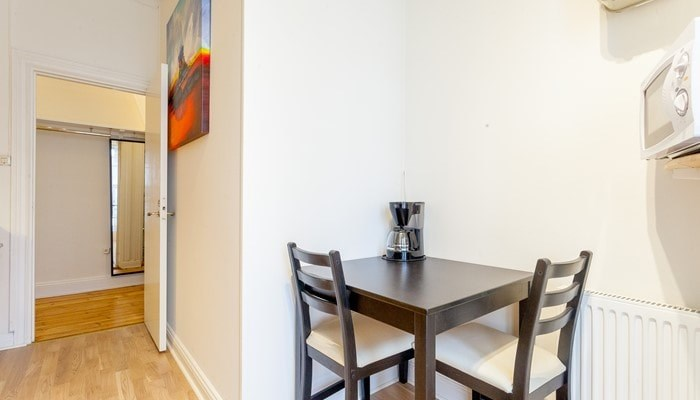 rental apartment stockholm city center: studio - dining area