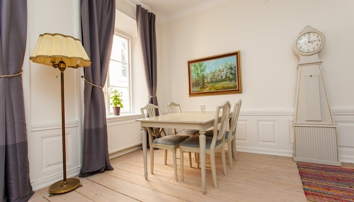 aparthotel stockholm old town: superio one bedroom apartment - dining table